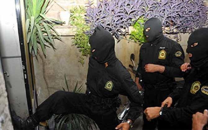 نیروهای امنیتی ۵۲ دختر و پسر را به دلیل شرکت در مهمانی بازداشت کردند