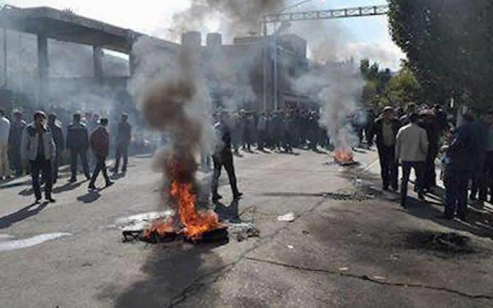 اعتراض کارگران کارخانه آذرآب اراک به خشونت کشیده شد